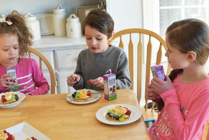 Kids eating Fruit Pancake Pizzas1
